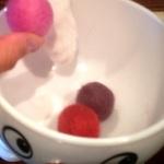 猫が喜ぶおもちゃ 「羊毛フェルトボール」の簡単な作り方